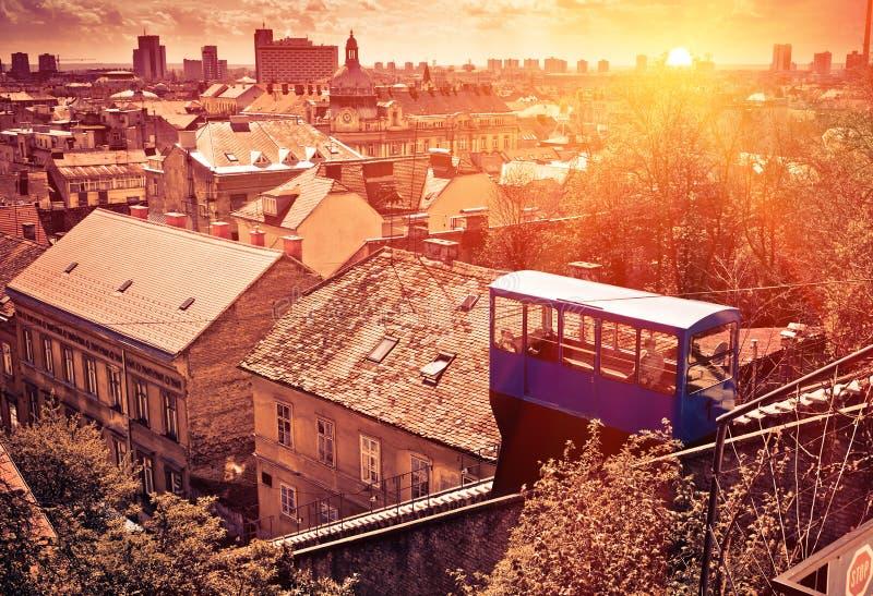 Paisaje urbano de Zagreb en la puesta del sol fotografía de archivo
