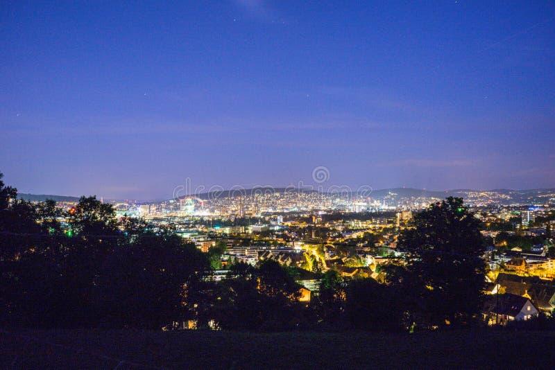 Paisaje urbano de Zurich en la opinión Suiza del panorama de la tarde foto de archivo