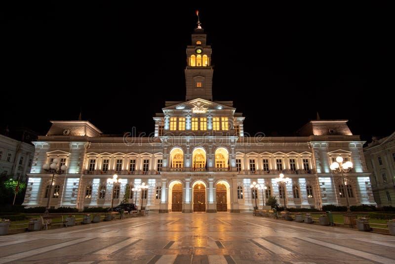 Paisaje urbano del ayuntamiento de Arad por noche fotografía de archivo