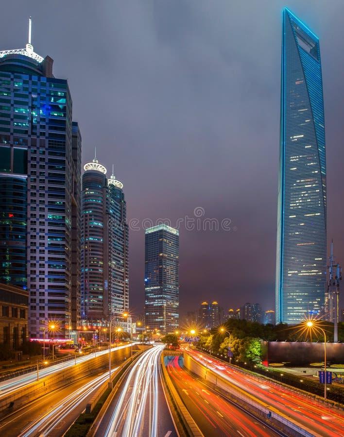 Paisaje urbano del camino y del centro de negocios en la ciudad de Shangai el noche fotografía de archivo libre de regalías