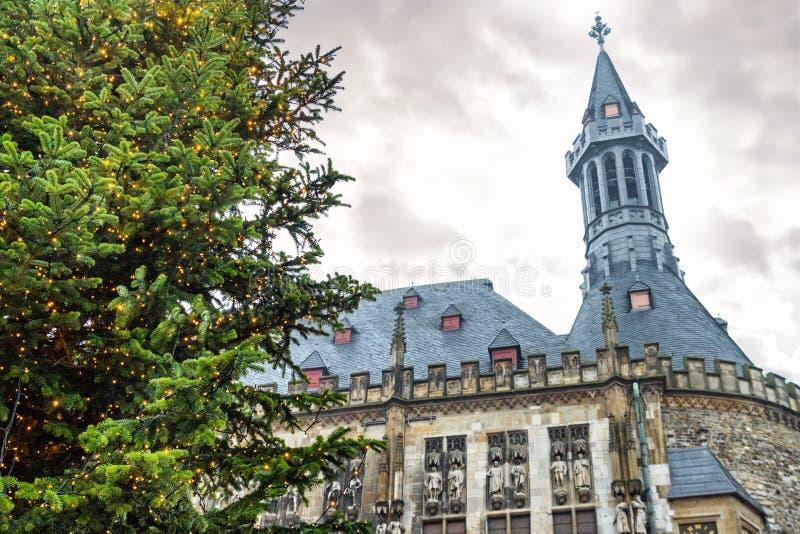 Paisaje urbano del día de fiesta - vista del árbol de navidad en el fondo ayuntamiento Aquisgrán imagenes de archivo