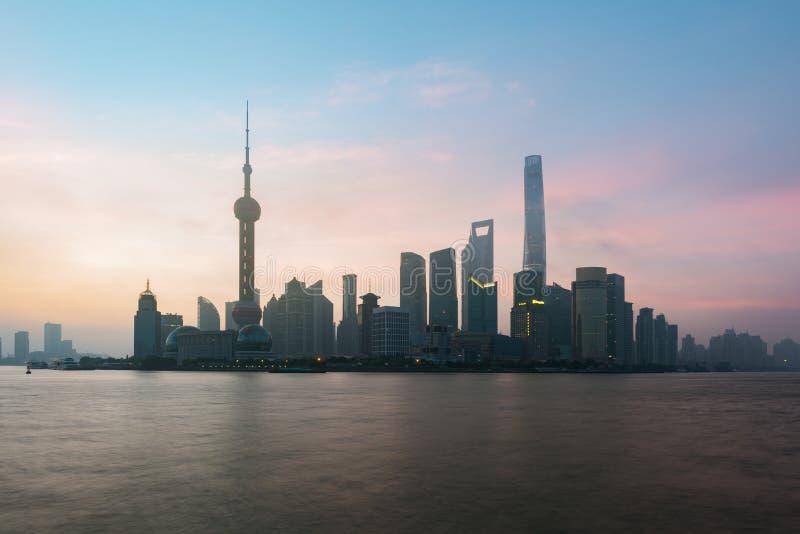Paisaje urbano del horizonte de Shangai, vista de Shangai en las finanzas de Lujiazui y rascacielos por mañana, Shangai de la zon imagen de archivo libre de regalías