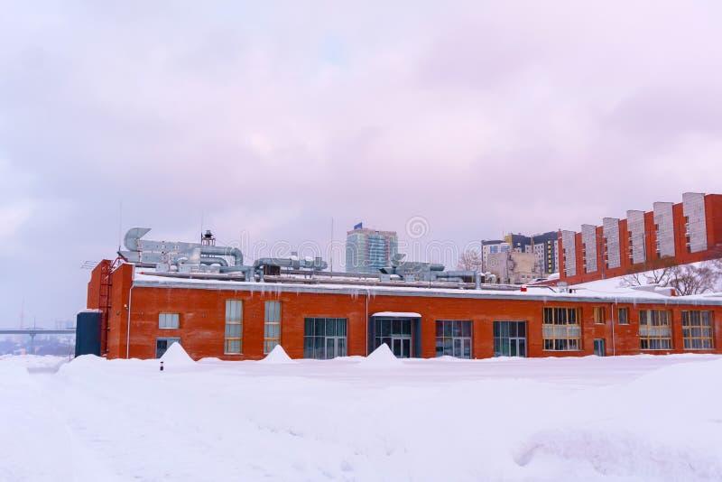 Paisaje urbano del invierno con arquitectura industrial fotos de archivo libres de regalías