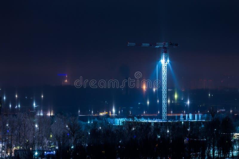 Paisaje urbano del invierno de la noche con fenómeno atmosférico de los pilares ligeros foto de archivo