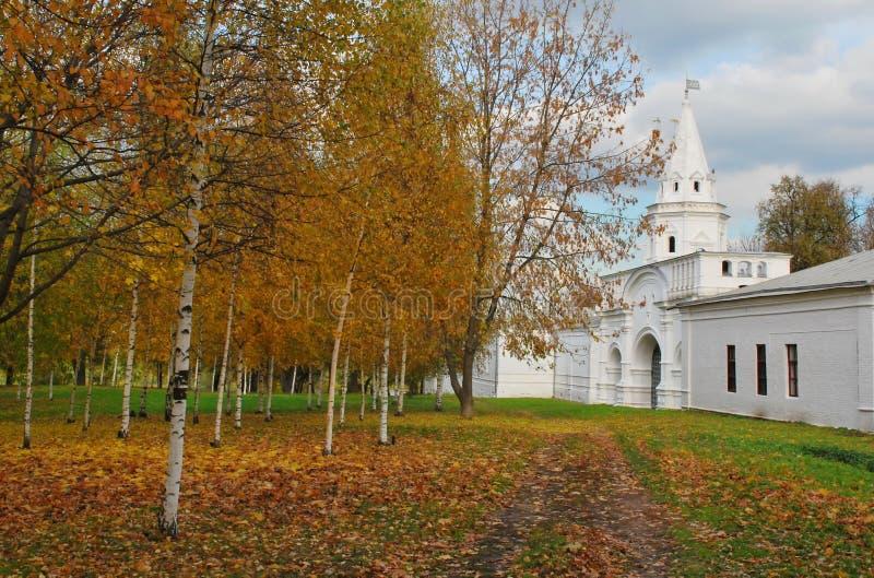 Paisaje urbano del otoño imagenes de archivo