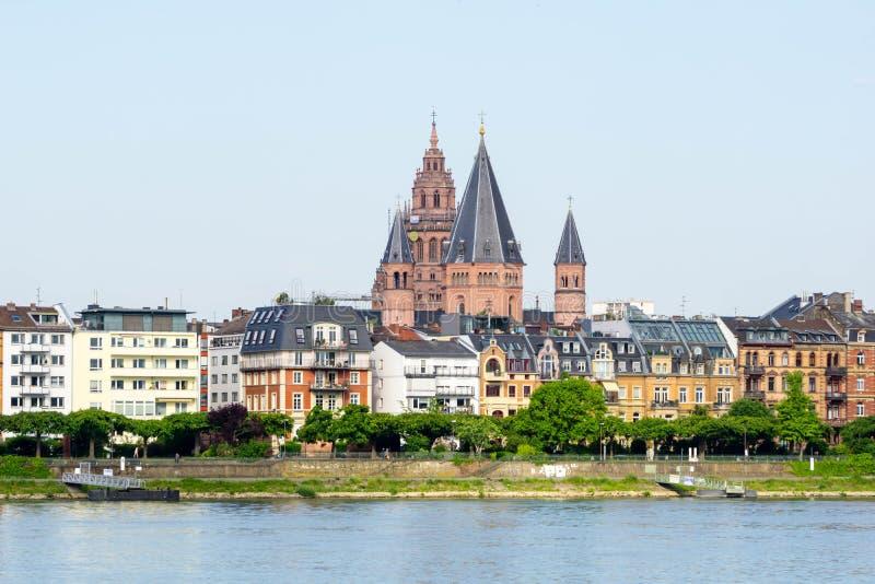 Paisaje urbano del panorama de Maguncia en Alemania en el cielo azul foto de archivo