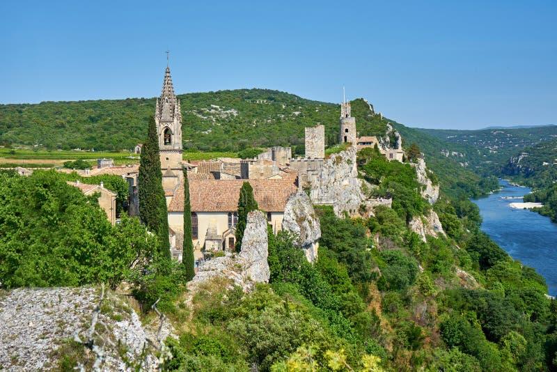 Paisaje urbano del pueblo medieval pintoresco Aygueze Francia fotografía de archivo libre de regalías