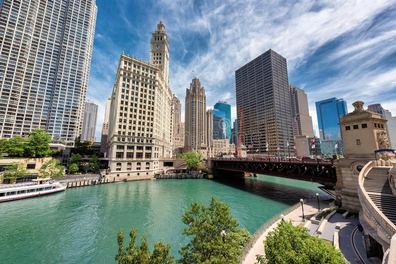 Paisaje urbano del puente de Chicago Du Sable en el día soleado, imagen de archivo