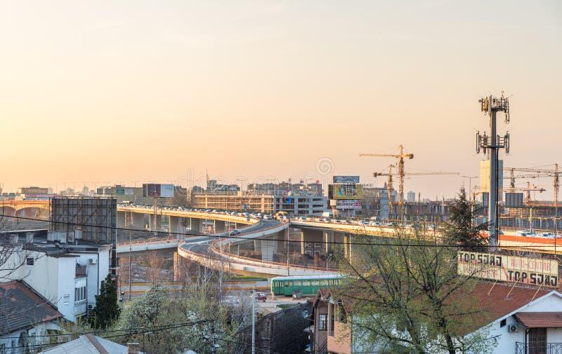 Paisaje urbano del puente ocupado con el atasco y los coches con luz del sol de la puesta del sol en la ciudad urbana del cr de B imagenes de archivo