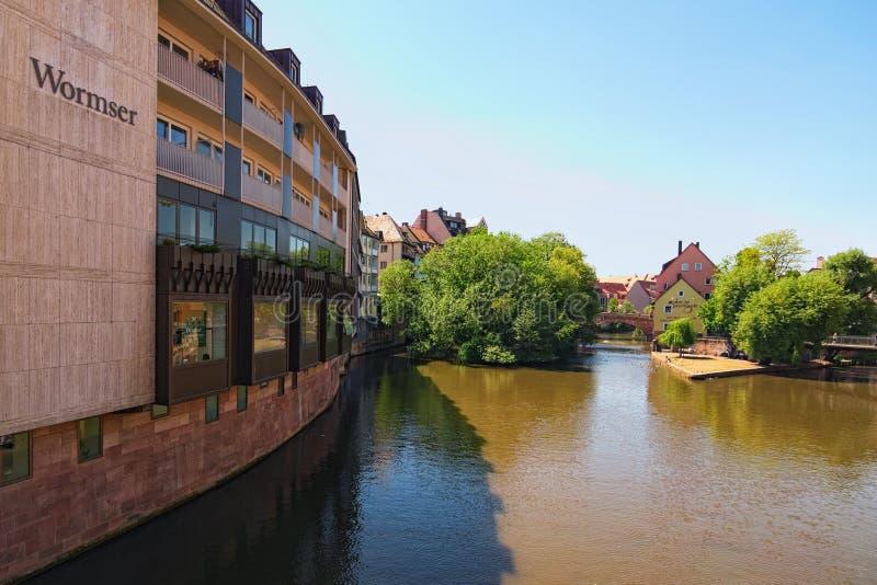 Paisaje urbano del río Pegnitz en Nurnberg, con las casas vivas en orilla en ciudad bávara fotografía de archivo libre de regalías