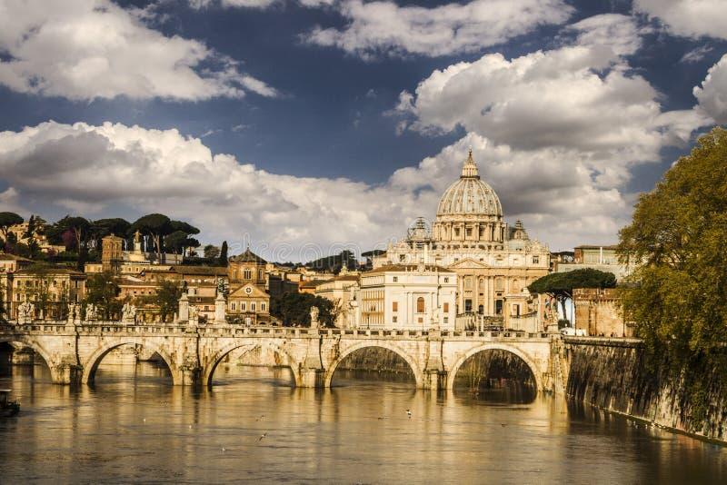 PAISAJE URBANO DEL VATICANO Y DE LA BASÍLICA DE SAN PEDRO TOP DE LA ATRACCIÓN EN ROMA Destinación famosa del recorrido foto de archivo