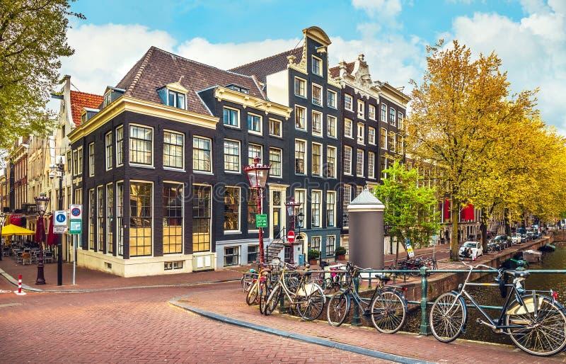 Paisaje urbano en calle holandesa del panorama de Amsterdam fotografía de archivo