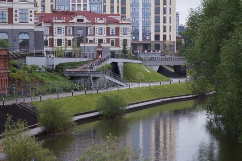 Paisaje urbano en el banco del río en una tarde lluviosa del verano yekaterinburg foto de archivo