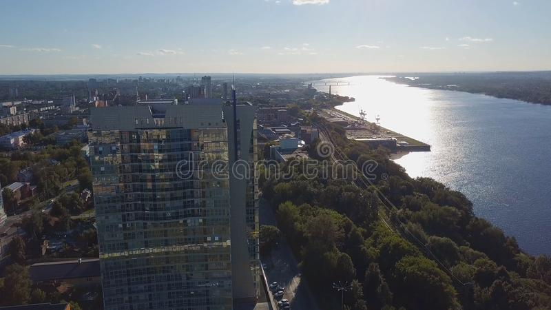 Paisaje urbano en el tiempo del día que iguala casi tiempo clip Vista superior del edificio alto cerca del río en un día soleado fotografía de archivo