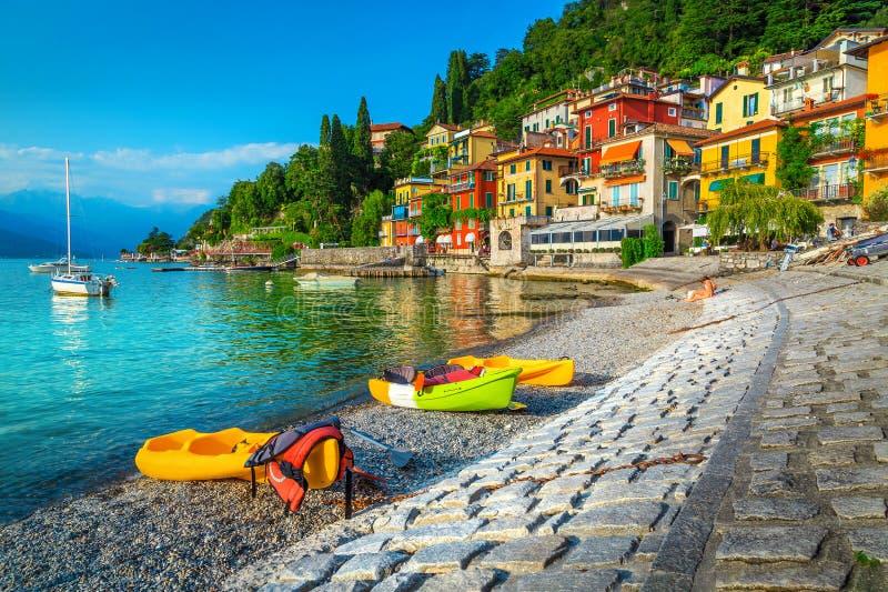 Paisaje urbano espectacular y puerto con los kajaks, las canoas y los barcos, Italia fotos de archivo libres de regalías