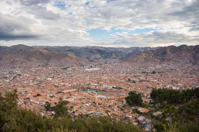 Paisaje urbano expansivo de Cusco, de Perú, y del cloudscape desde arriba imagen de archivo