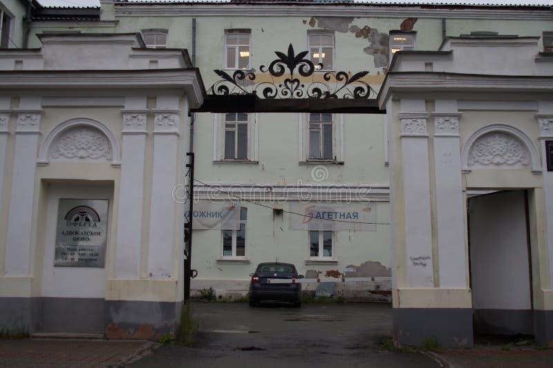 Paisaje urbano: fragmento de la calle de la casa 2A Pushkin Elementos de la greca y de la decoración de edificios foto de archivo