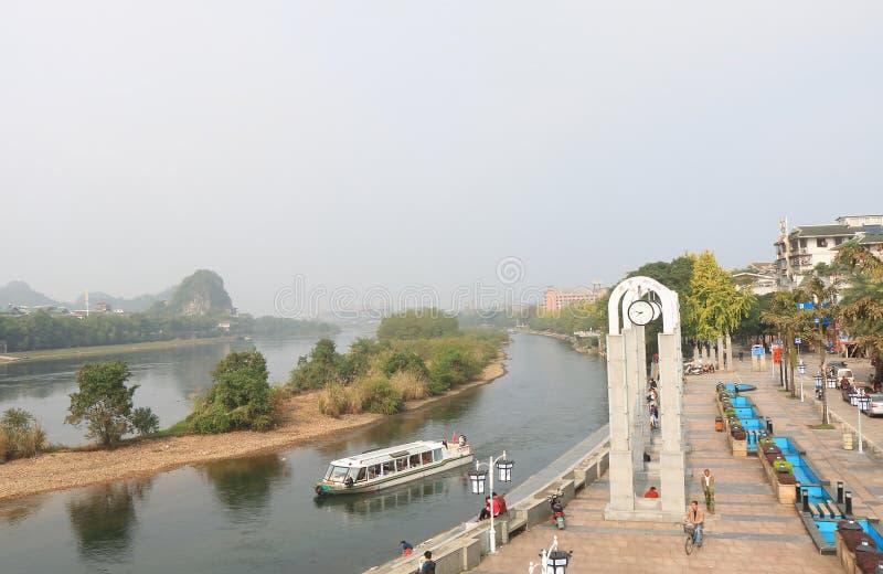 Paisaje urbano Guilin China del boart de la travesía del río de Li fotos de archivo