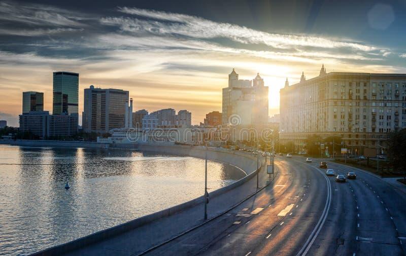 Paisaje urbano hermoso, ciudad de Moscú y el río en la puesta del sol imagenes de archivo