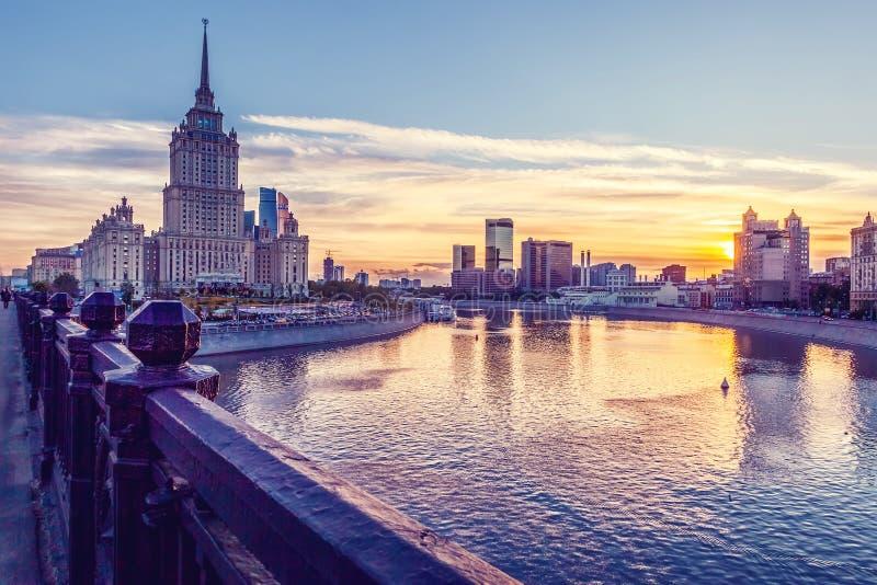 Paisaje urbano hermoso, ciudad de Moscú y el río en la puesta del sol fotos de archivo libres de regalías