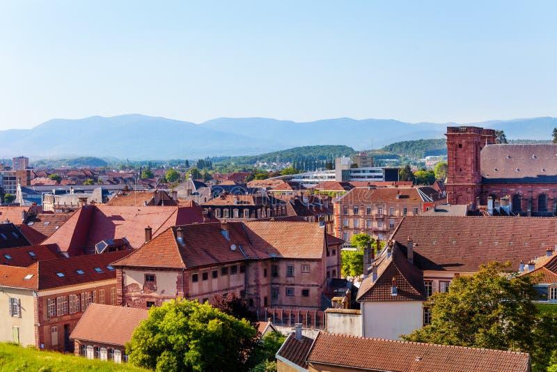 Paisaje urbano hermoso de Belfort contra el cielo azul imagen de archivo libre de regalías