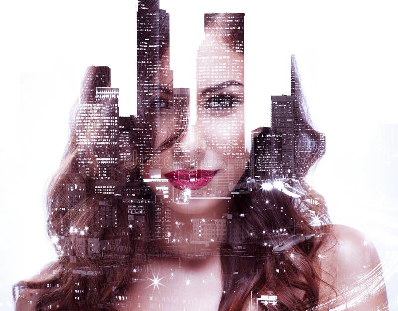 Paisaje urbano hermoso de la muchacha y de la noche imagenes de archivo