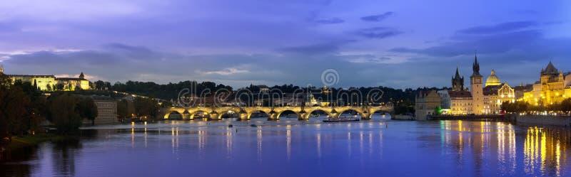 Paisaje urbano hermoso de Praga en la noche con Charles BridgeKarluv Most sobre el castillo del río y de Praga de Moldava, Repúbl foto de archivo libre de regalías