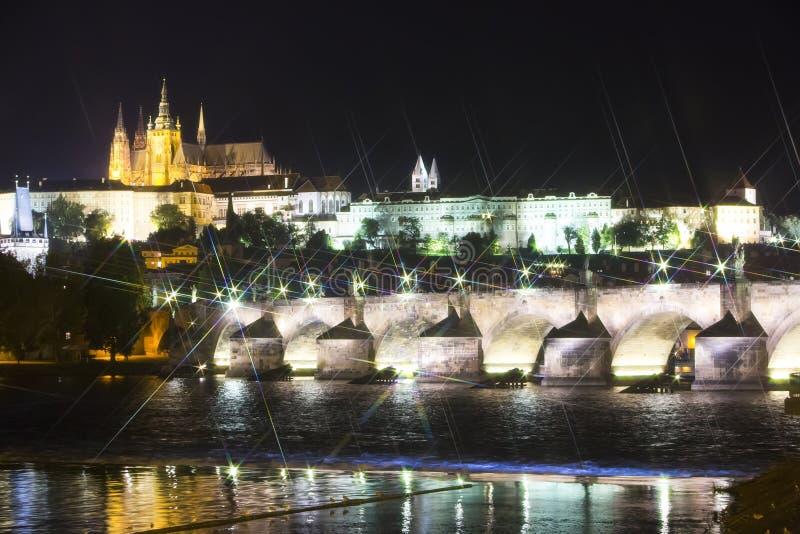 Paisaje urbano hermoso de Praga en la noche con Charles BridgeKarluv Most sobre el castillo del río y de Praga de Moldava, Repúbl imagen de archivo libre de regalías