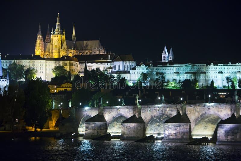 Paisaje urbano hermoso de Praga en la noche con Charles BridgeKarluv Most sobre el castillo del río y de Praga de Moldava, Repúbl fotografía de archivo