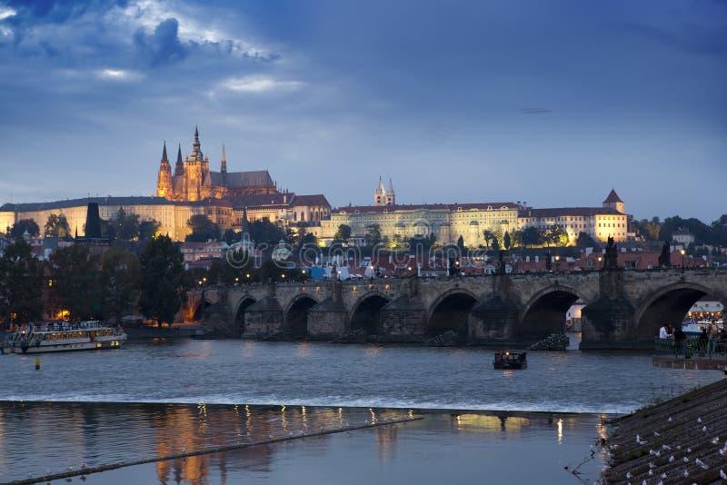 Paisaje urbano hermoso de Praga en la noche con Charles BridgeKarluv Most sobre el castillo del río y de Praga de Moldava, Repúbl foto de archivo
