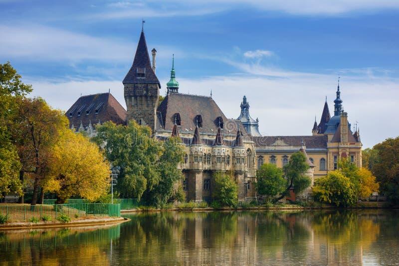 Paisaje urbano hermoso del castillo de Vajdahunyad en el parque de Varosliget, Budapest con la reflexión en el lago fotografía de archivo