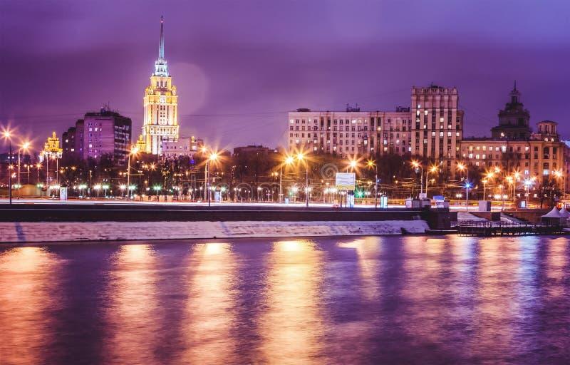 Paisaje urbano hermoso, Moscú en la noche, la capital de Rusia, CIT imagenes de archivo