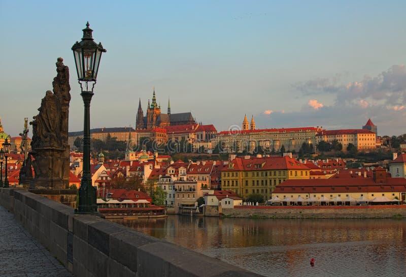 Paisaje urbano imponente del castillo de Praga con el santo Vitus Cathedral en el centro de ciudad en Praga por el río de Moldava imagenes de archivo