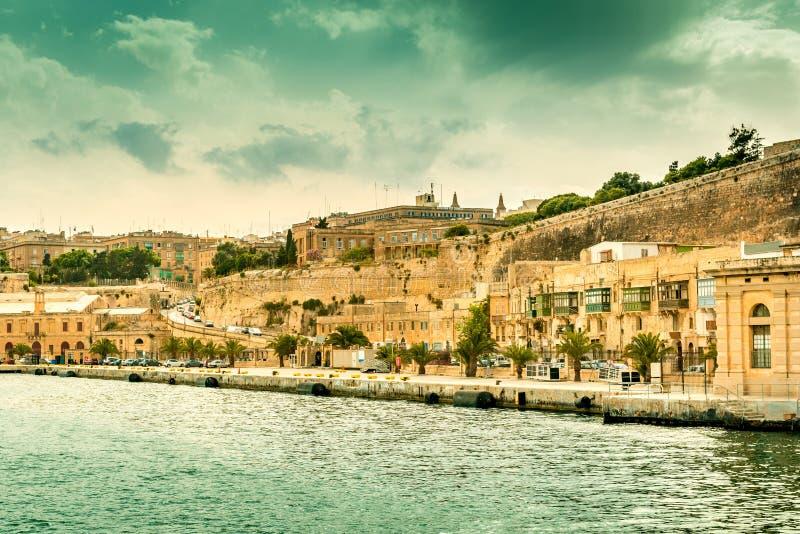Paisaje urbano magnífico con el terraplén, visión de La Valeta desde el mar imagen de archivo
