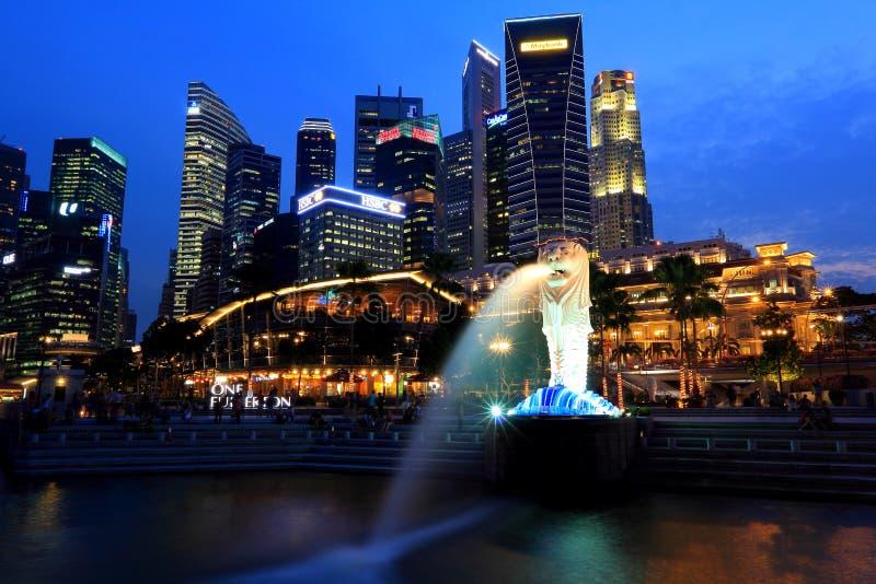 Paisaje urbano Merlion de la noche de Singapur en la hora azul fotografía de archivo