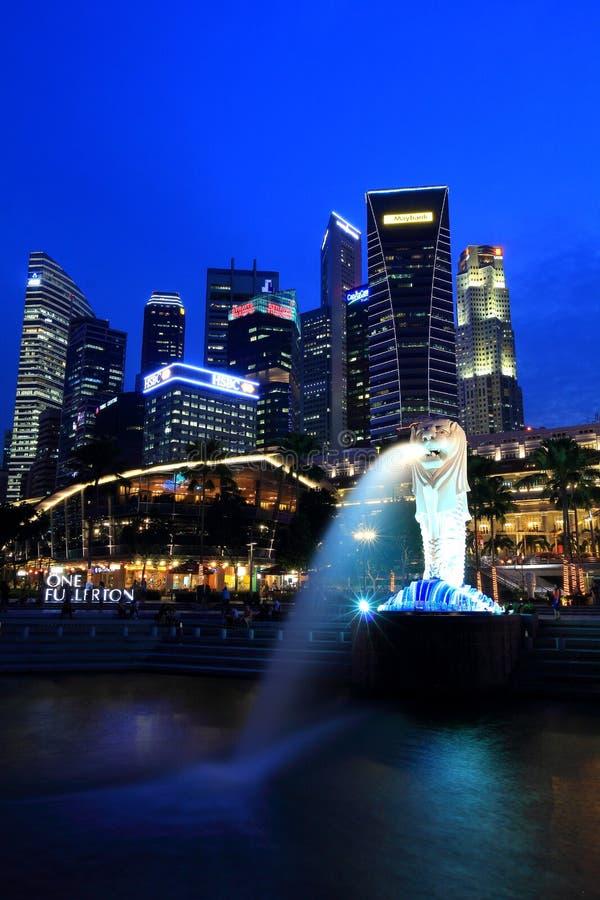 Paisaje urbano Merlion de la noche de Singapur en la hora azul imagen de archivo libre de regalías