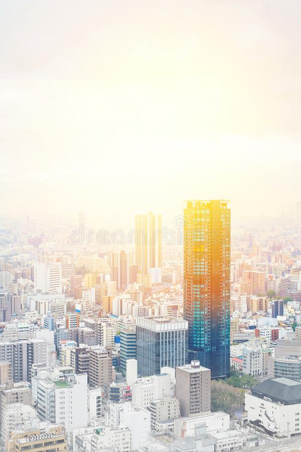 Paisaje urbano moderno panorámico que construye la visión aérea en ejemplo dibujado mano del bosquejo de la mezcla de Osaka, Japó libre illustration