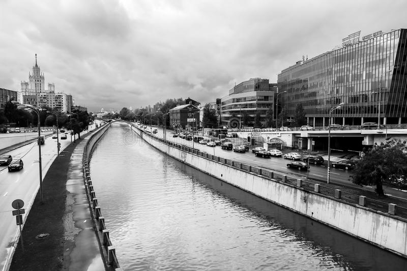 Paisaje urbano monocromático Vista del río Yauza y de sus terraplénes en día lluvioso, Moscú, Rusia imágenes de archivo libres de regalías