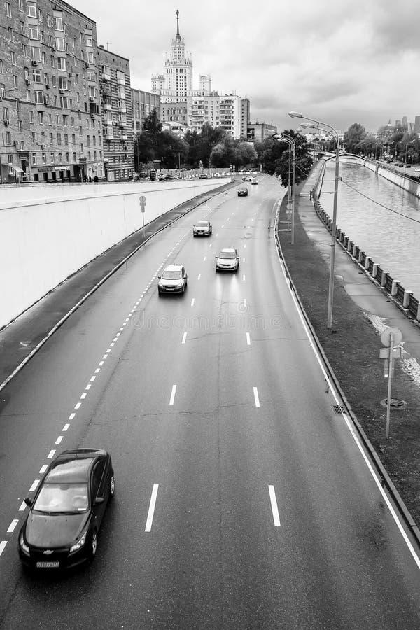 Paisaje urbano monocromático Vista del río Yauza y del terraplén en día lluvioso, Moscú, Rusia de Bernikovskaya fotografía de archivo libre de regalías