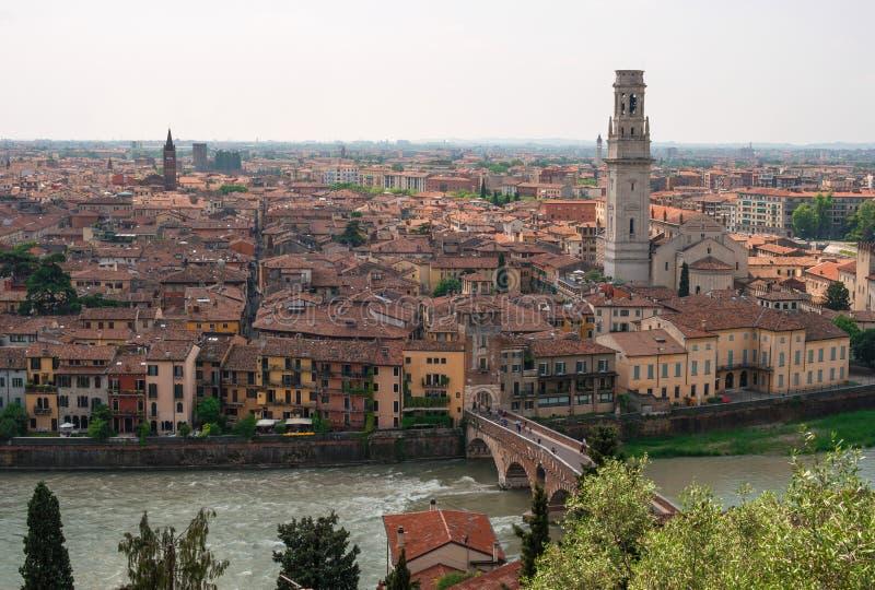 Paisaje urbano panorámico de Verona, Véneto, Italia Vista del río Adige, Ponte Pietra Bridge, della Cattedrale de Complesso imágenes de archivo libres de regalías