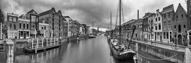 Paisaje urbano, panorama blanco y negro - vista de la ciudad Rotterdam y su distrito viejo Delfshaven imagenes de archivo