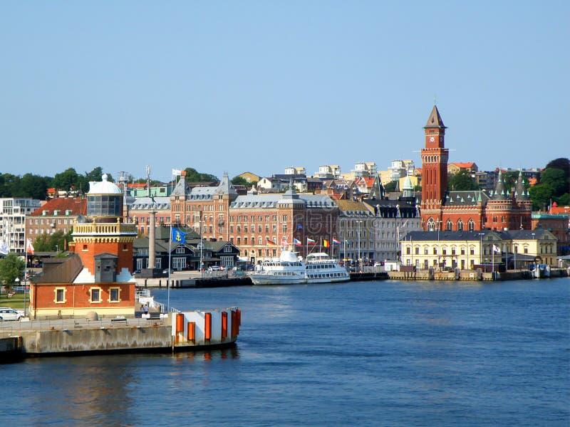 Paisaje urbano pintoresco de la opinión de Helsingborg del transbordador en el estrecho del sonido o de Oresund, Suecia foto de archivo
