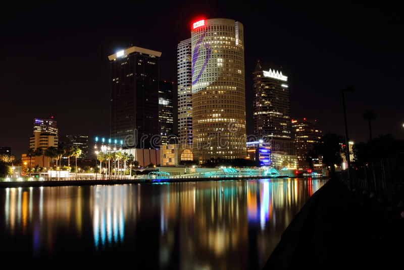 Paisaje urbano por el río imagenes de archivo