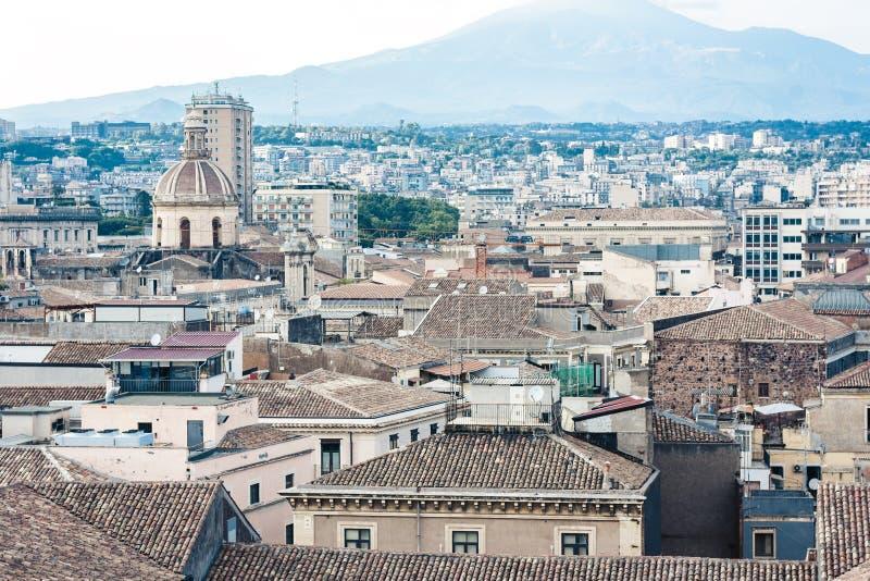Paisaje urbano a?reo de Catania con el monte Etna, volc?n activo en la costa este de Sicilia, Italia imagenes de archivo