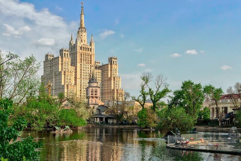 Paisaje urbano soleado de la primavera, Moscú imagen de archivo