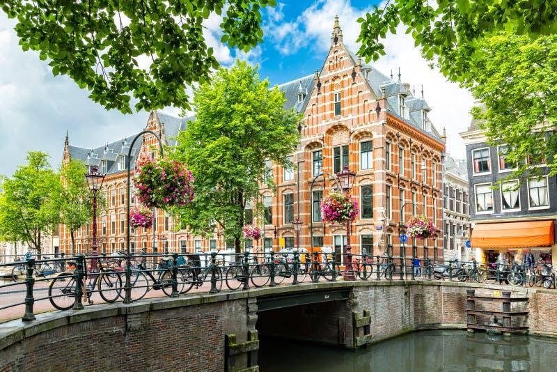 Paisaje urbano típico del lado del canal de Amsterdam imagenes de archivo