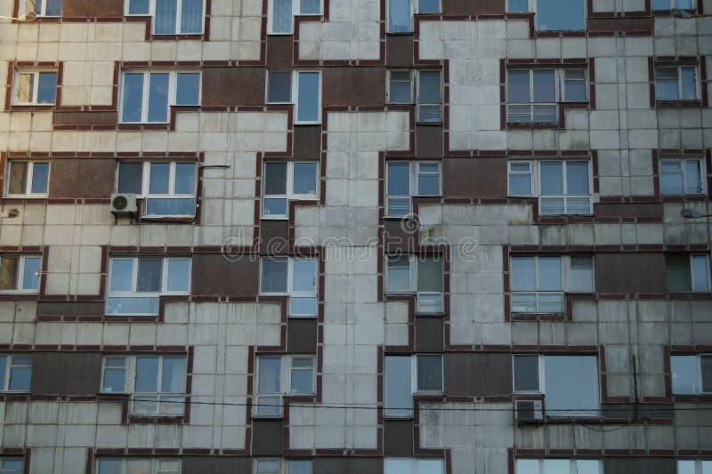 Paisaje urbano: un fragmento de la fachada de un edificio en la calle de Malyshev imagen de archivo libre de regalías
