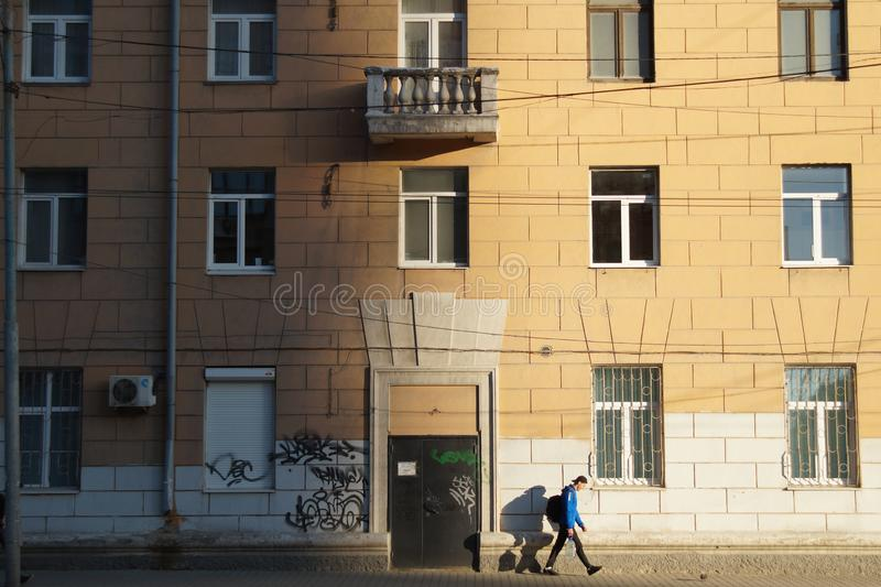 Paisaje urbano: un fragmento de la fachada de un edificio en la calle de Malyshev imágenes de archivo libres de regalías