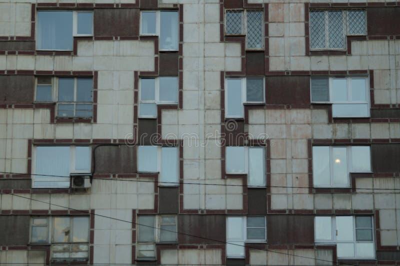 Paisaje urbano: un fragmento de la fachada de un edificio en la calle de Malyshev fotografía de archivo