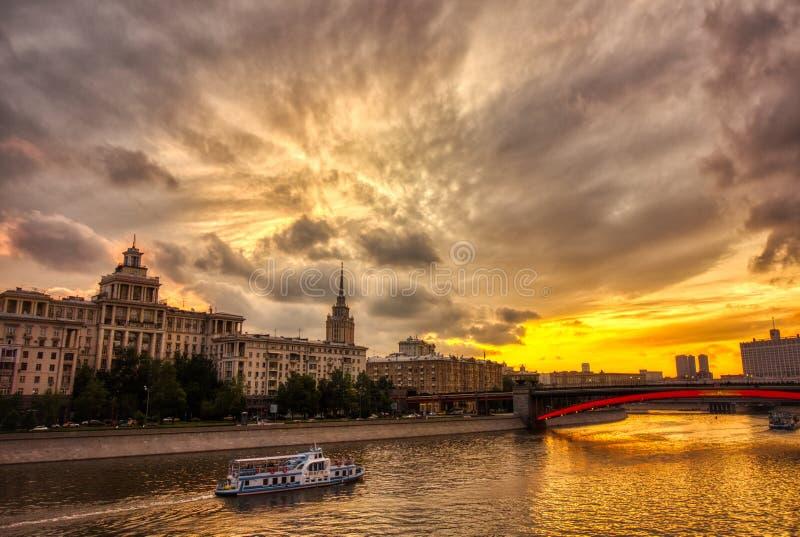 Paisaje urbano vibrante de la puesta del sol Paisaje del río de Moscú con los cielos dramáticos foto de archivo